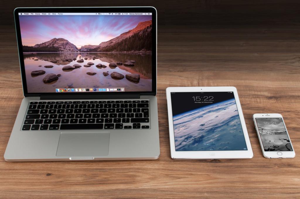 apple iphone smartphone desk 1